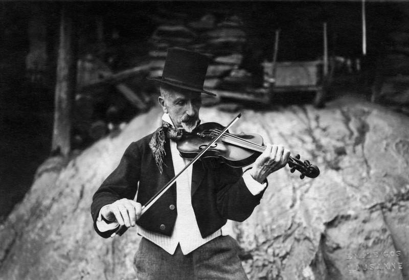 Emil Gos, Albert Gos jouant du violon, Mediathèque Valais - Martigny